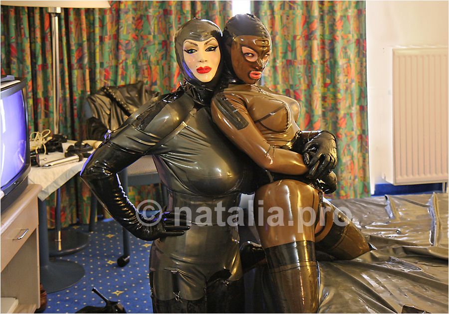 """Sklave-Sklavin-Luder-Gummiluder-Transformation-Gummipuppe-Gumminutte-Latex-Gummi-Gummizofe-Latexzofe-she-male-shemale-Sissy"""